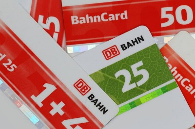 Eine Auswahl von verschiedenen BahnCards der Deutschen Bahn.