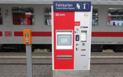 Ein Fahrkartenautomat der Deutschen Bahn mit Informationen zu den Bahnpreisen.