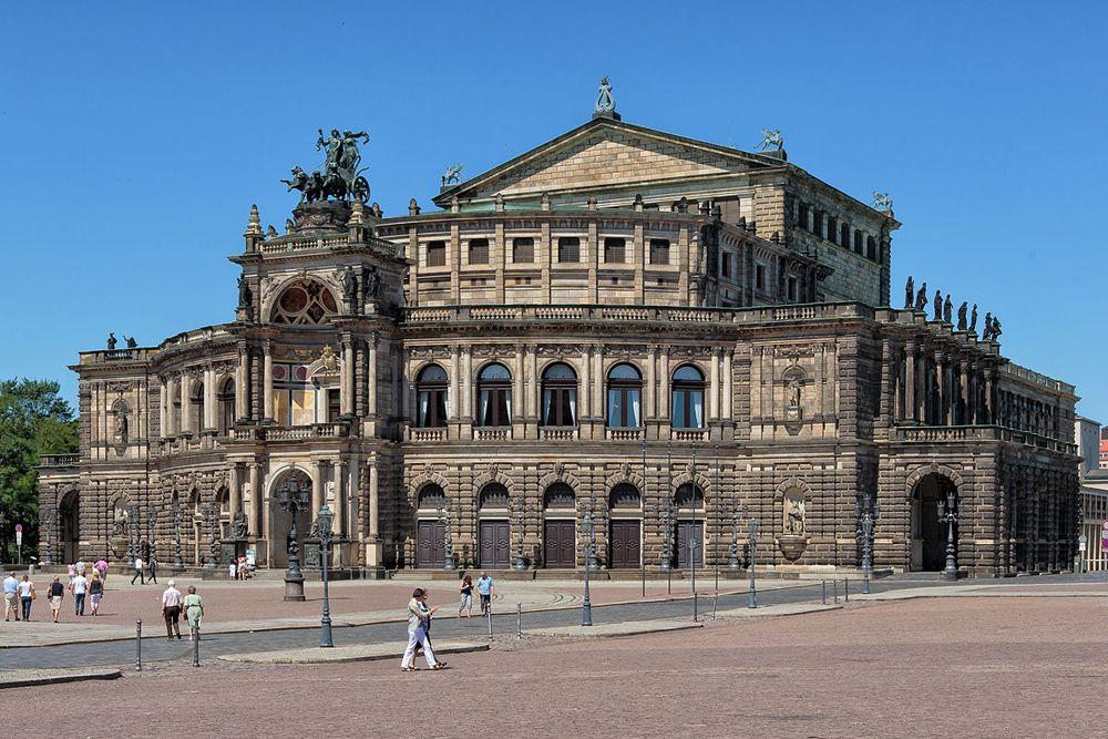 Die Semperoper in Dresden gehört zu jeder Städtereise in die Elbregion dazu.