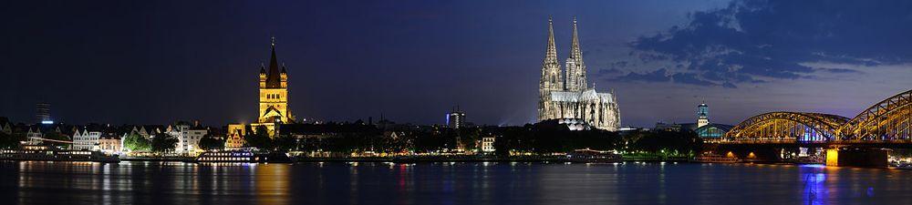 """""""Rheinufer Koeln bei Nacht"""" von Winkit (Diskussion) - Selbst fotografiert. Lizenziert unter CC BY-SA 3.0 über Wikimedia Commons."""