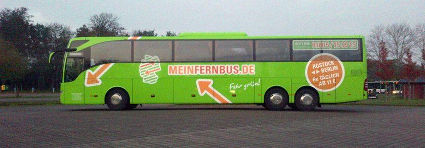 Ein moderner Bus von MeinFernbus auf einem Busparkplatz.