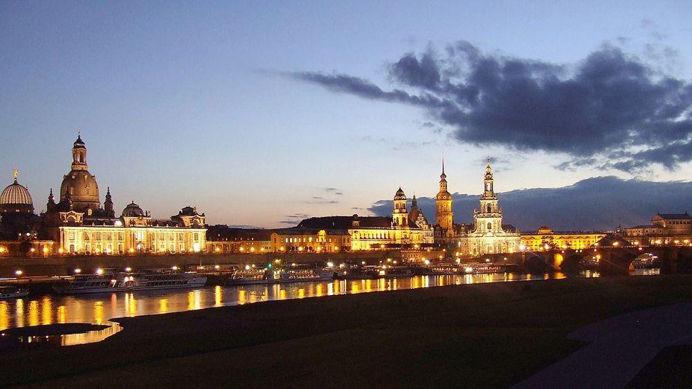 Die Dresdner Elbflorenz sollten Sie bei Ihrem Kurzurlaub in Dresden in der Dämmerung betrachten.