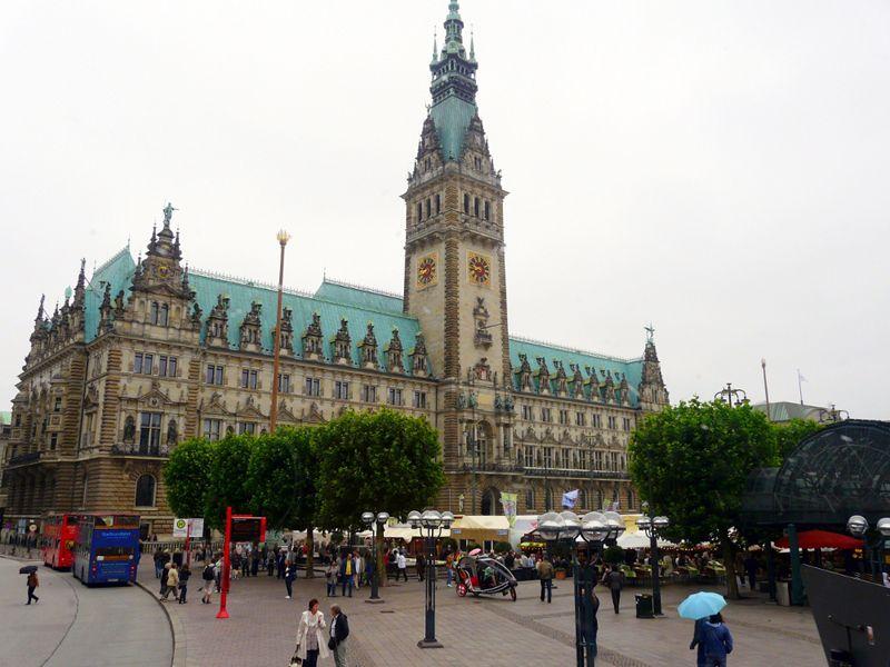 Blick auf das Rathaus Hamburg während einer Städtereise.