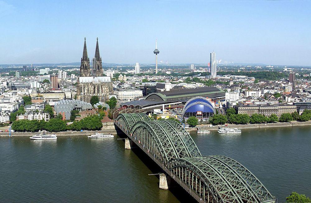 Blick auf den Kölner Dom und die Hohenzollernbrücke, die Sie im Kurzurlaub in Köln besuchen sollten.