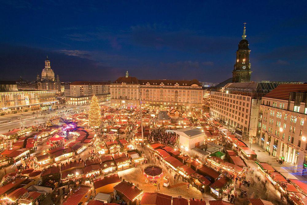 Der Dresdner Weihnachtsmarkt heißt Striezelmarkt und sollte beim winterlichen Kurzurlaub in Dresden besucht werden.